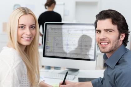 zwei junge leute arbeiten im büro